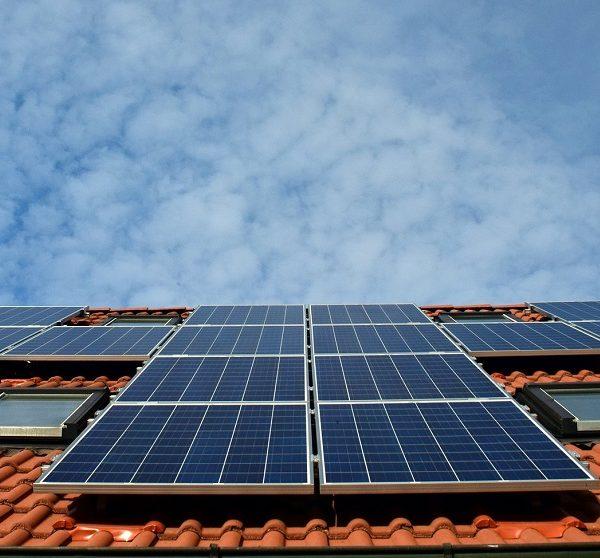 Verbod op CV ketel voorlopig van de baan afbeelding met zonnepanelen op dak