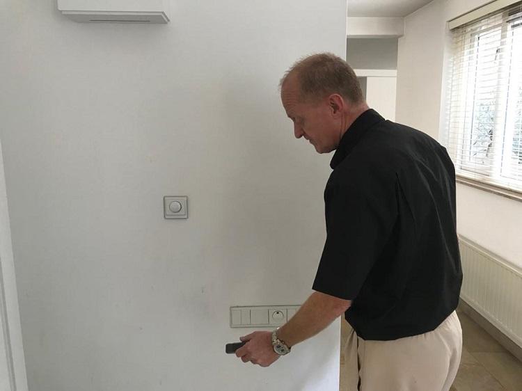 Tom de Blom aan het werk tijdens een bouwtechnische keuring van een huis